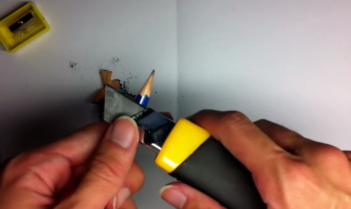 鉛筆をカッターナイフで削る1