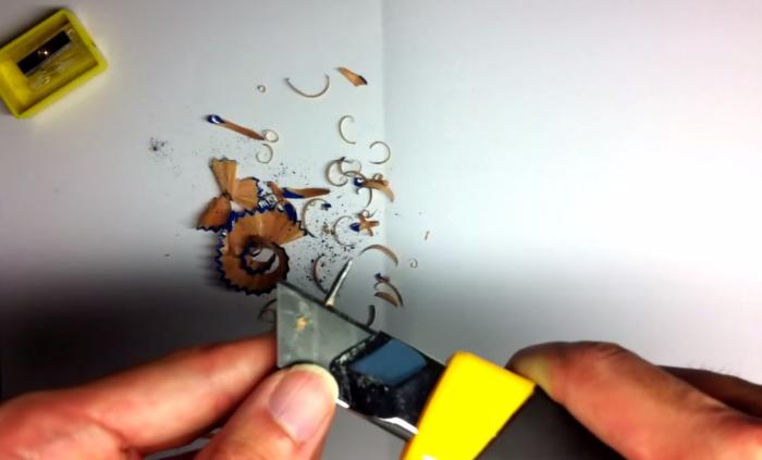 鉛筆の黒鉛の部分をカッターナイフで削る
