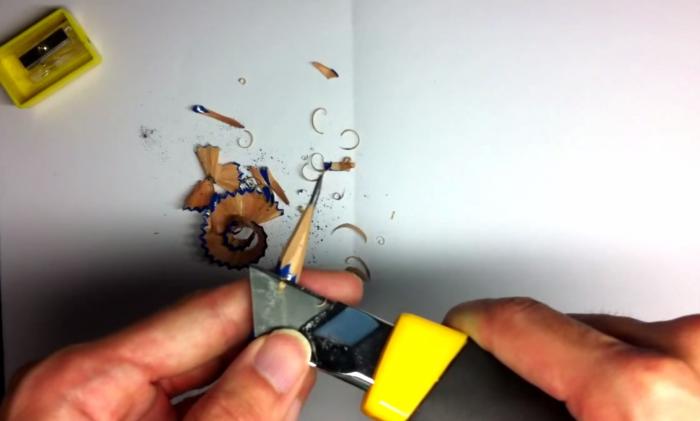 鉛筆をカッターナイフで削る3