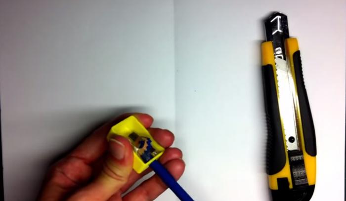 鉛筆を削る